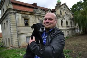 Oprava zámku v Polácich s novím majitelem.Zámek je poněkud zaostalý a nový majitel do dvaceti let by chtěl zámek přivést do původní podoby.