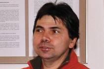 Sběratel hohejových kartiček Miloš Suchopárek.