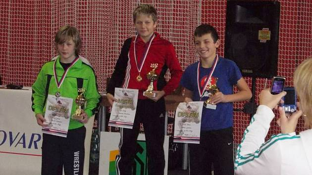 Denis Mertl (vpravo) se raduje na stupních vítězů ze svého nejlepšího výsledku