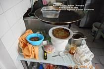 Prostor pro umývání nádobí. Na snímku je nejen neumyté nádobí se zbytky jídel, ale také předměty, které tu nemají co dělat.