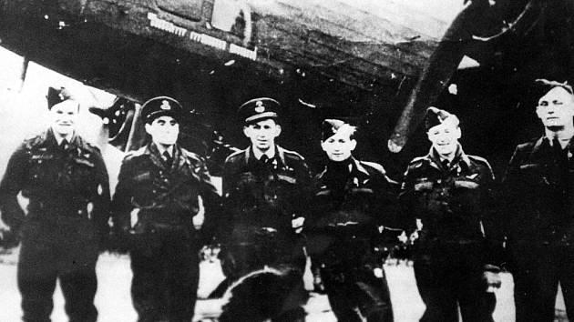 Osádka bombardéru Halifax DY - Q, který letci nazvali Munga Taipo, od 102. squadrony Bomber Command RAF. Čtyři ze sedmi mužů havárii u Domašína na Chomutovsku nepřežili.