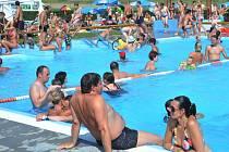 HLAVA NA HLAVĚ. Tak to vypadalo hned několik dní za sebou na koupališti ve Strupčicích. Také tam letos padl absolutní rekord v návštěvnosti. V tamním bazénu se zchladilo během jediného dne osm set šest platících návštěvníků.
