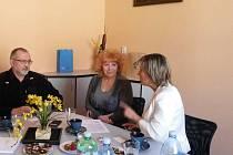 Náměstkyně ministra vnitra Jana Vidumetzová (vpravo) diskutuje s vejprtskou starostkou Jitkou Gavdunovou a jejím zástupcem Josefem Kadlecem.