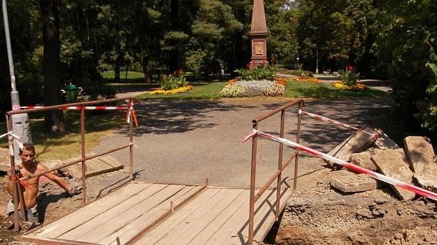 Rozkopaný městský park.