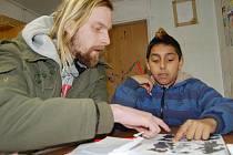 JE TO DOBŘE? Dvanáctiletý René Koňa vyplňuje v buňce na Dukelské ulici kreslenou hádanku, pomáhá mu s tím Martin Slavík z organizace Člověk v tísni. Její pracovníci se snaží vyplnit dětem ze sociálně slabých rodin volný čas a také je něco naučit.