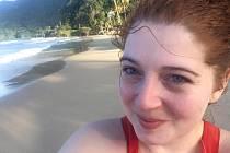Irenka na selfie fotografii na pláži.