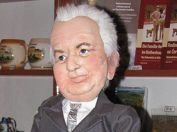 Hlava šedesáticentimetrové loutky prezidenta Miloše Zemana, kterou dostal při své návštěvě Červeného Hrádku.