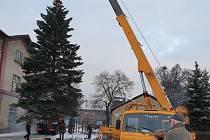 Do Jirkova na náměstí dorazil Vánoční strom.