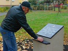 Na rohu ulic Mostecká a Karla Buriana v Chomutově je nový památník na události takzvané Křišťálové noci.