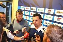 Vladimír Růžička st. odpovídá na otázky novinářů.