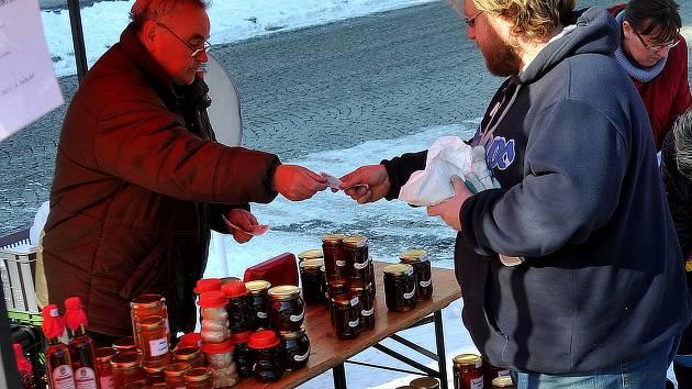 MED. Také ten nabízeli regionální farmáři tuto sobotu na náměstí 1. máje v Chomutově.