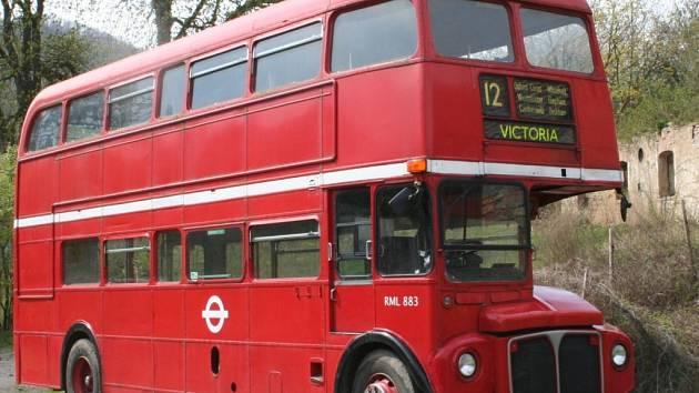 Britský dvojpodlažní autobus ze 60. let bude při okružní jízdě řídit jeho anglický majitel.