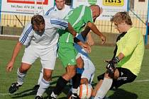 V KRAJSKÉM PŘEBORU na sebe při derby narazil domácí Tatran Kadaň a AFK LoKo Chomutov. Zápas rozhodl v 92. minutě domácí Čibenka gólem na 3:2. Na snímku se obranou hostů probíjí Zdeněk Uhlík.