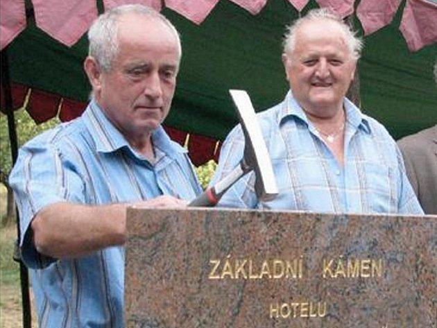 ZÁKLAD. Jednatel společnosti Petr Borovec poklepává na základní kámen hotelu, který vyroste kousek od Hasištejna. V pozadí starosta Místa Jiří Luťha. Na malém snímku vizualizace hotelu.