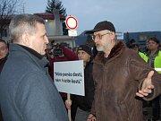 Generální ředitel Severočeských dolů diskutoval s jedním z demonstrujících - zámečníkem velkostroje Ivem Látem.