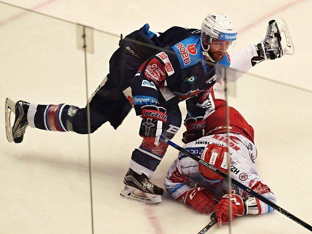 Druhé čtvrtfinále play off hokejové extraligy HC Oceláři Třinec – Piráti Chomutov nabídlo vyrovnaný zápas. Rozhodl ho až v prodloužení Růžička. Na snímku jsou v souboji o puk Ivan Huml z Chomutova (vlevo) a David Nosek z Třince.