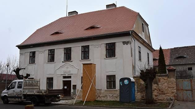 Fara ze začátku 19. století prochází obnovou. V zadním traktu má vzniknout komunitní centrum.