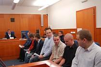 Osmice obžalovaných fanoušků chomutovských Pirátů dnes vypovídala před soudem.