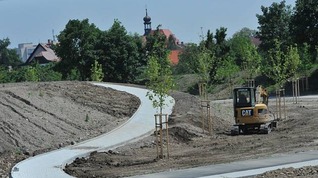 PLOCHÁ DRÁHA bude opět sloužit veřejnosti. Na jejím místě jsou již vybudovány nové in- line dráhy, dvě sportovní víceúčelová hřiště i hřiště pro děti. Připraveny jsou již také chodníčky pro pěší, odpočinkové altánky a vše ještě dozdobí travnaté plochy.