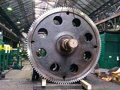 Nové ozubené kolo. Havárie z přelomu srpna a září vyřadila podnik na tři měsíce z provozu.