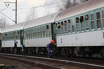 Vlak zůstal stát blízko místa srážky. Cestující vystupovali a odjížděli taxíky.