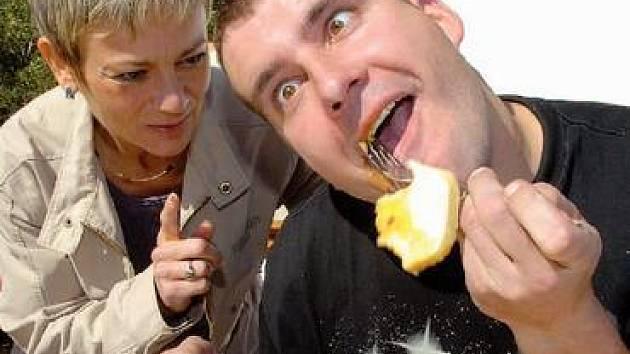 Vítěz Miloš Janček (na snímku s ženskou přebornicí Liběnou Novotnou), který se pyšní i titulem Varnsdorfský otesánek, do sebe vsoukal 31 knedlíků,