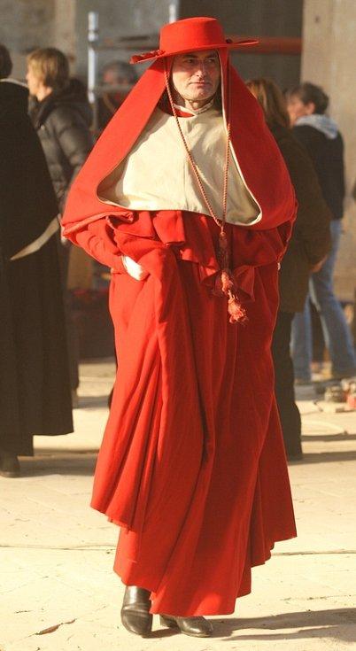 Obyvatelé Výsluní potkávají herce v roztodivných kostýmech.