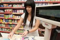 V lékárně u Kauflandu pacienti regulační poplatky platit nebudou. Lékárnice Marcela Skřivánková jim léky na recept vydá o desítky korun levněji.
