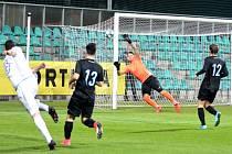 Velkou oporou byl v utkání domácímu týmu gólman Radim Švejda. Na snímku likviduje nebezpečnou střelu útočníka Aritmy Marina Glasnoviče s číslem osm.