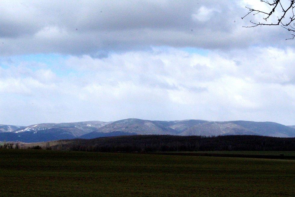 Od obce Sušany je krásný výhled nejen na Krušné hory.