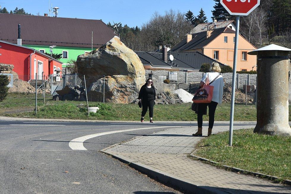 """Přecházení """"třináctky"""" je v Málkově i jeho místní části Zelená věcí trpělivosti a maximální obezřetnosti. Čekání může trvat i čtvrt hodiny."""