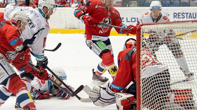 Piráti (v bílém) ve čtvrtém utkání play out hostili Pardubice a bojovali o šanci, jak se vyhnout baráži.