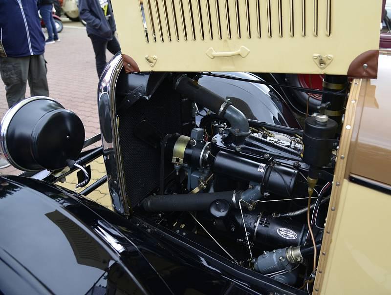 V Chomutově si dali dostaveníčko příznivci historie motorismu. Po registraci a dvouhodinové prohlídce vyrazili motoristé na spanilou jízdu okresem.
