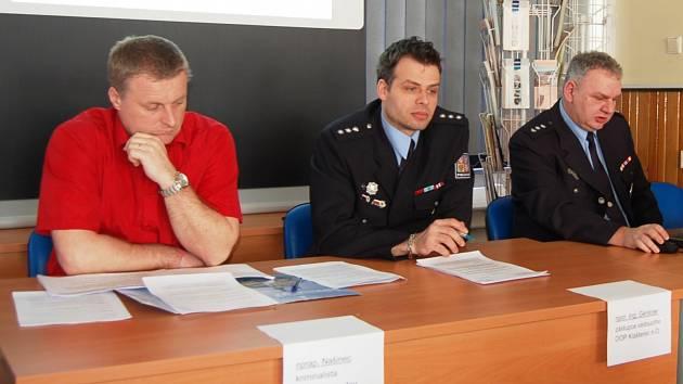 Klášterečtí kriminalisté v čele s velitelem Milanem Němečkem (vpravo) objasnili sérii vloupání do automobilů ve městě.
