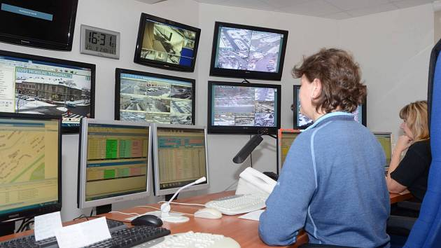 Civilní pracovnice chomutovské městské policie vyhodnocují v operačním středisku záznamy monitorovacího kamerového systému.