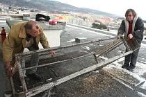 PRVNÍ Z KLECÍ. Během několika týdnu na jednom z paneláků v Mirové ulici přibude ještě další. Na snímku Josef Molčan a Ivo Fischl, kteří se starají o odchyt divokých holubů v některých lokalitách Klášterce.