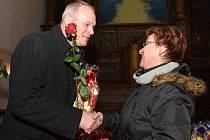 Náměstek primátora Marek Hrabáč předává květinu jedné z dárkyň krve.