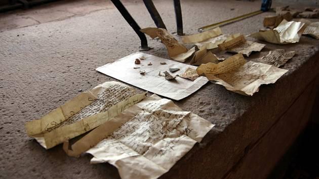 S unikátními historickými skvosty se musí zacházet velmi opatrně. Ačkoliv si ve svém úkrytu pod podlahou udržely po dlouhá staletí téměř perfektní stav, odborníci stálou expozici nedoporučují.