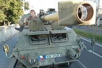 Samohybná houfnice, jeden z vojenských strojů, který byl v pátek k vidění v centru Chomutova coby pozvánka na Řopík.
