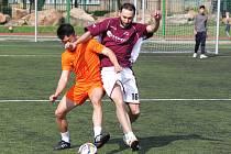 Rezerva FC Viet Chomutov (v oranžovém) porazila Karibic 4:2.