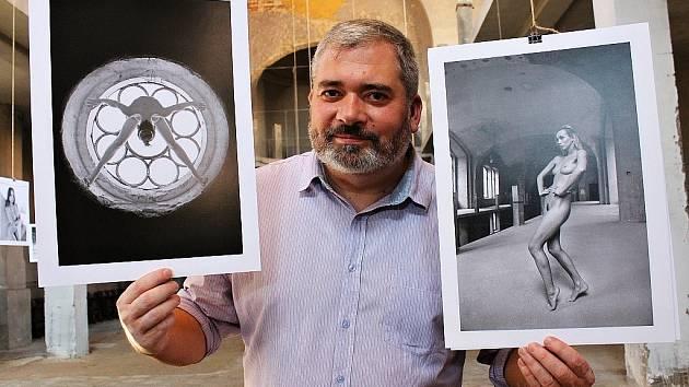 Daniel Černý na archivním snímku z žatecké synagogy, kde právě připravoval výstavu aktů