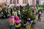 Zdobení stromků žáky chomutovských mateřských škol v atriu knihovny
