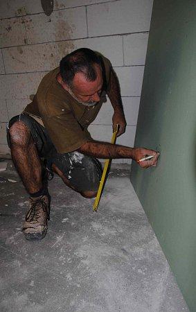 Dělníci dokončují práce na interiéru nového zázemí jirkovských dobrovolných hasičů.