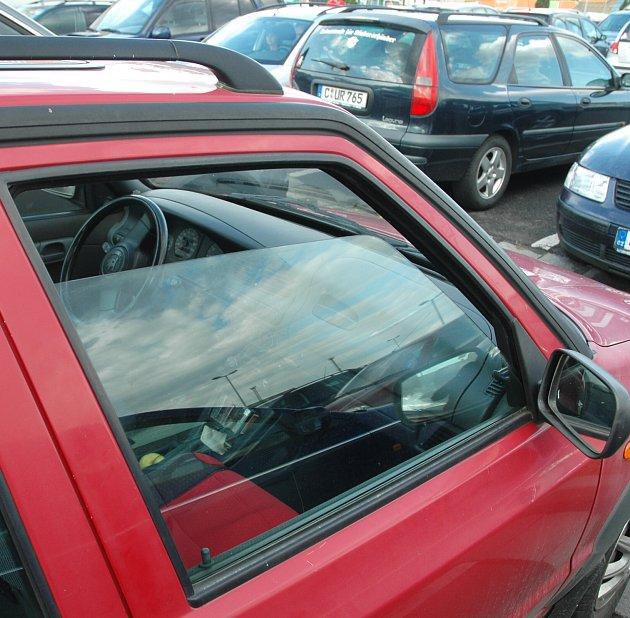 Na parkovišti uGlobusu nechal řidič sklidným svědomím otevřené okénko.