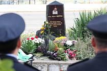 ZAVZPOMÍNALI. Přibližně stovka policistů včera zavzpomínala na svého kolegu, Romana Jedličku, který zemřel ve službě.