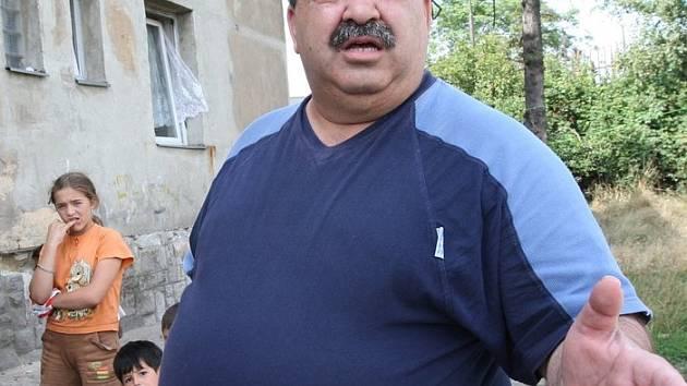 Jan Šipoš, terénní pracovník Člověka v tísni, na inspekci v Dukelské ulici.