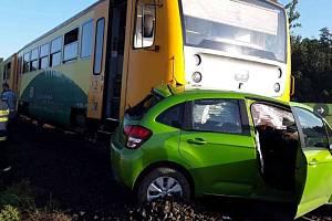 Nehoda vlaku a auta na přejezdu. Ilustrační foto.