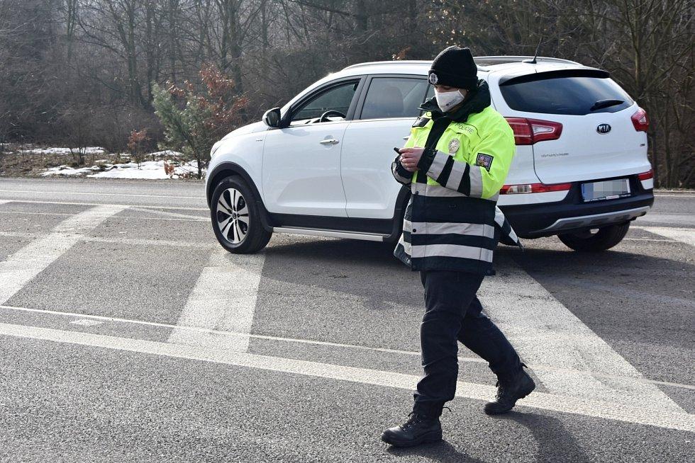Hlídka u kruhového objezdu za Vysokou Pecí. Policisté prověřují řidiče na cestě mezi Chomutovem a Mostem