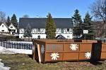Květnovský kontejner na bioodpad kvete.