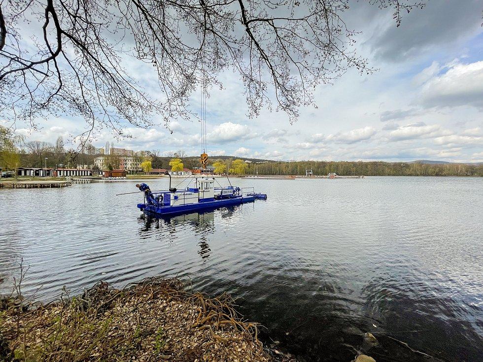 Čištění Kamencového jezera.
